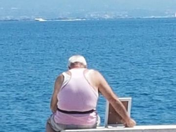 La imagen del anciano frente a la playa
