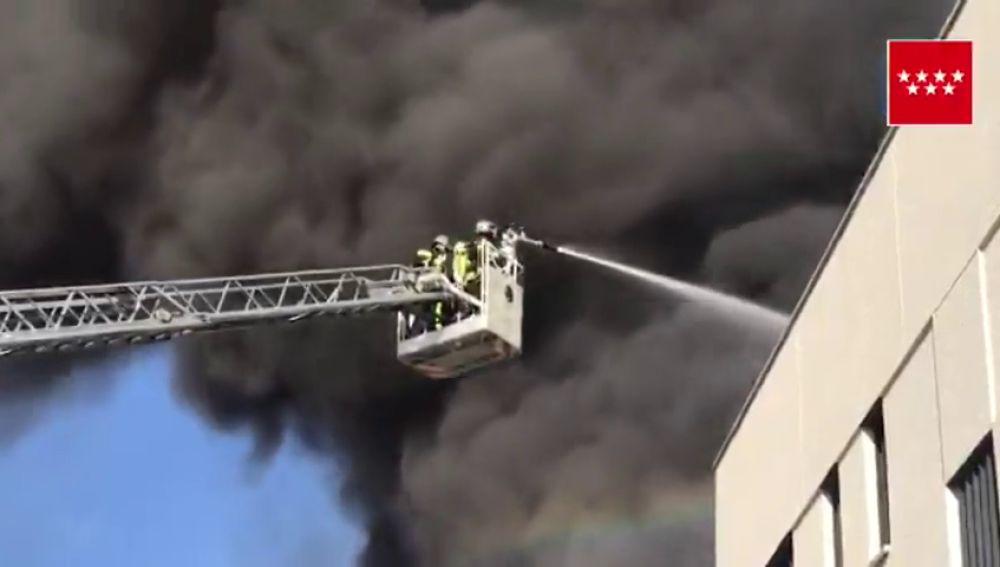 Los bomberos intentan controlar el incendio de una nave industrial