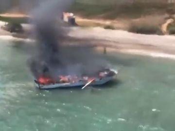 Una embarcación de recreo se incendia frente a la costa de Alcossebre, en Castellón