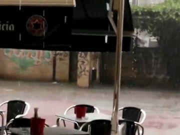 Una nueva tormenta en Ponferrada corta el tráfico e inunda las vías del tren