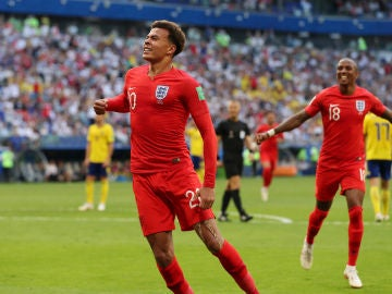 Dele Alli celebra su gol contra Suecia