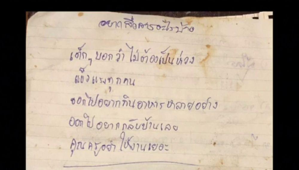 """Los niños atrapados en la cueva de Tailandia escriben sus primeras cartas al exterior con un mensaje a su profesor: """"¡No nos des demasiada tarea!"""""""