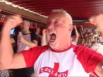 Los aficionados ingleses celebran por todo lo alto la clasificación de su selección a semifinales del Mundial