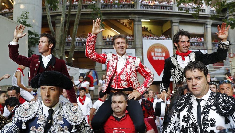 Los rejoneadores Pablo Hermoso de Mendoza (c), Leonardo Hernández (i) y Pedro Armendáriz (d), salen a hombros de la Plaza de Toros de Pamplona