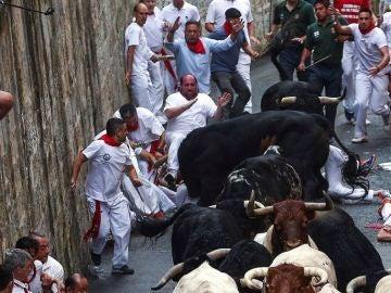 San Fermín - Los toros de Puerto de San Lorenzo corren en 2,37 en un primer encierro de San Fermín muy complicado y con mucho riesgo