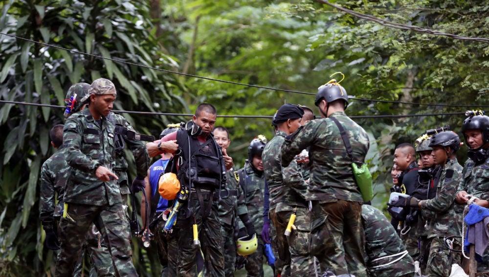 El equipo de rescate de los niños y el adulto en Tailandia
