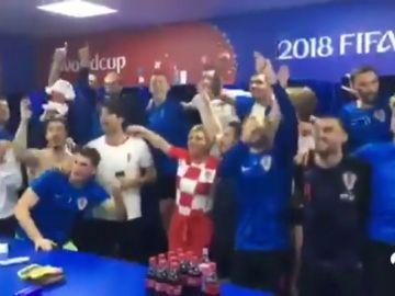 La presidenta de Croacia, como una más: bajó al vestuario para felicitar a sus jugadores