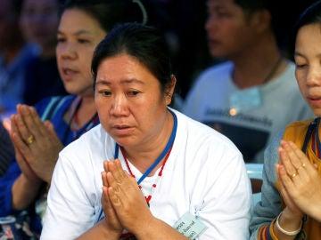 Los familiares de los niños atrapados en la cueva de Tailandia rezan por su rescate