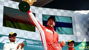 Vettel, con el trofeo del GP de Gran Bretaña