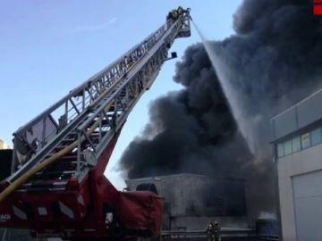 Un incendio calcina un almacén de reciclaje de colchones en Esparraguera