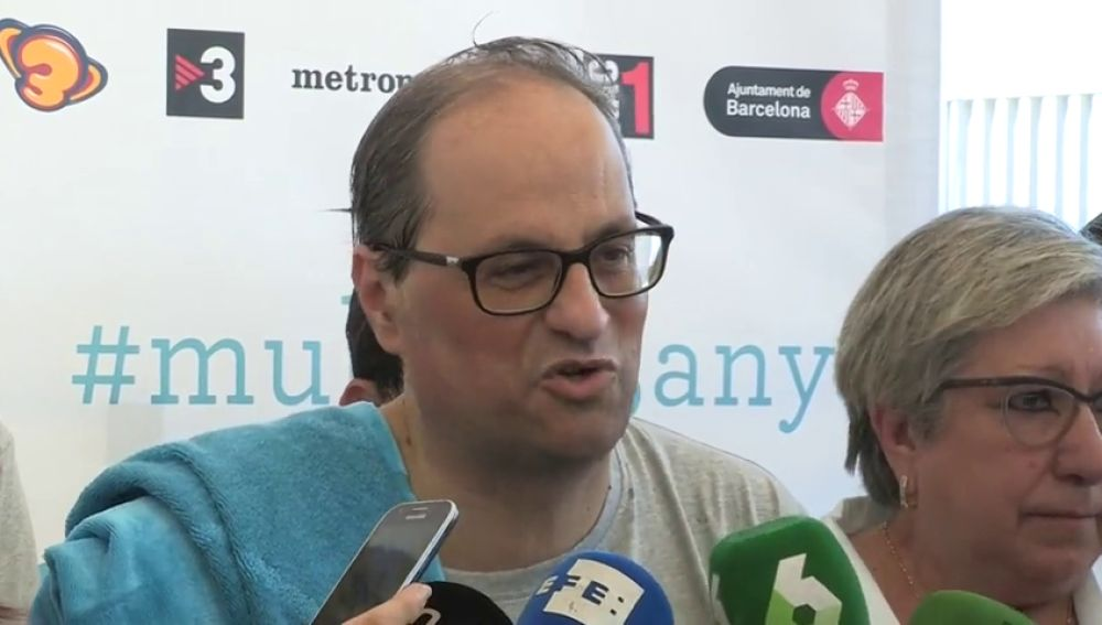 Quim Torra y los consellers 'se mojan' por la esclerosis múltiple y se bañan en la Barceloneta ante los medios