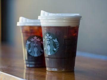 Dos vasos de Starbucks con nuevas tapas reciclable