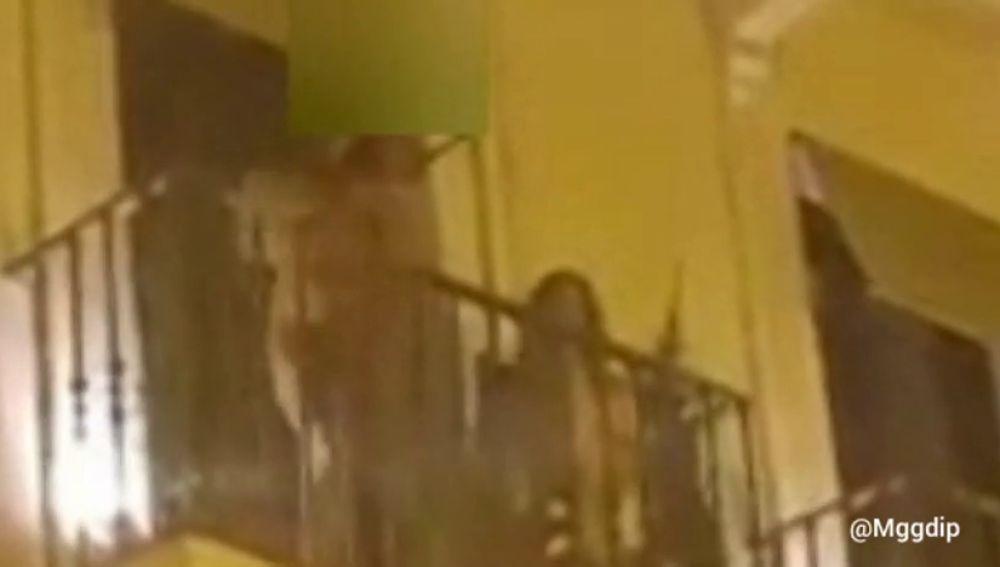 REEMPLAZO: El vídeo de la primera gran polémica en San Fermín: una mujer baila semidesnuda en un balcón