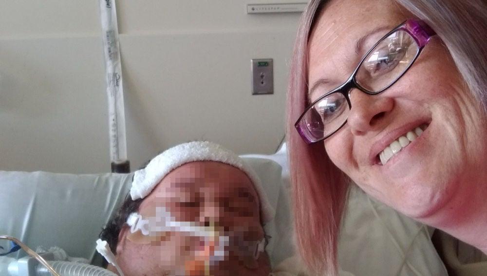 La madre junto a su hijo en el hospital
