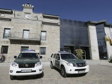 Vehículos de la Guardia Civil junto a las dependencias del Ayuntamiento madrileño de Collado Villalba