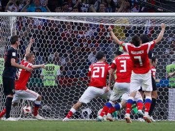 Los jugadores de Rusia celebran un gol ante Croacia