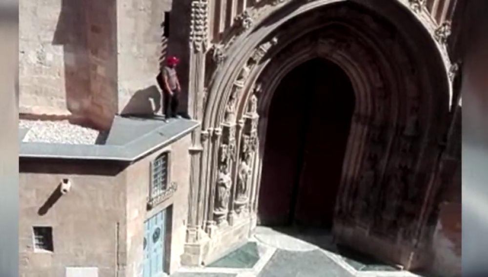 El hombre encaramado a la fachada de la Catedral de Murcia que amenazaba con lanzarse al vacío accede a bajar