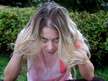 Mujer con el pelo lleno de canas