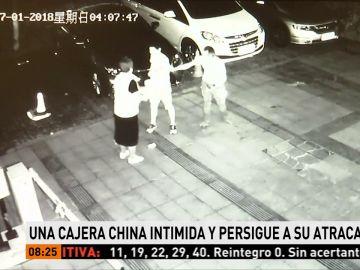 Una cajera china intimida y persigue a su atracador hasta cogerlo y entregárselo a la Policía