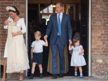 La duquesa Catalina de Cambridge sostiene a su hijo, el príncipe Luis