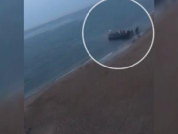 Nueva llegada de una narcolancha a la costa gaditana ante la mirada de los turistas