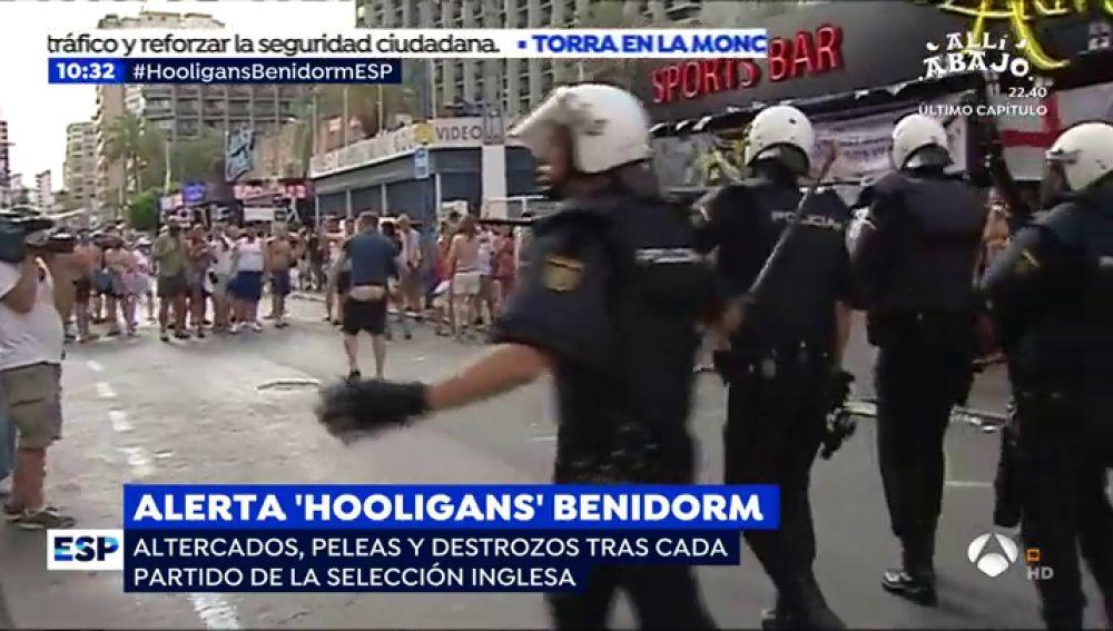 Caos y pánico en las calles de Benidorm por culpa de los hinchas ingleses