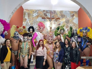 La imagen del párroco con los participantes en la gala Drag Queen