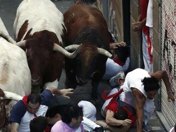 Los toros de la ganadería gaditana Cebada Gago enfilan la calle Estafeta en el tercer encierro de San Fermín 2018