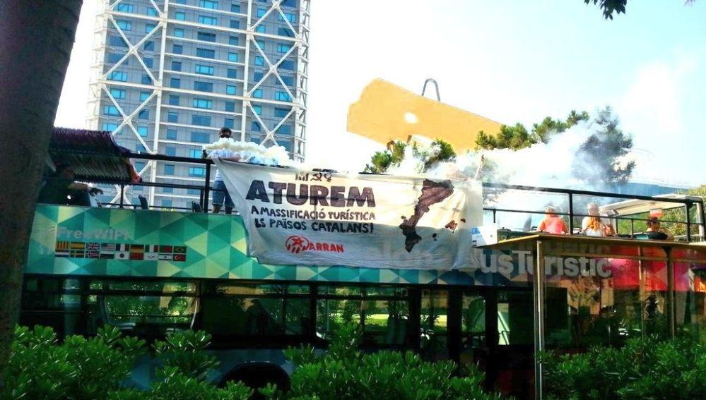 Protesta de miembros de Arran en un autobús turístico