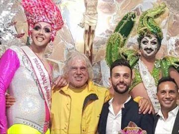Los drag queens se vistieron y maquillaron dentro de la iglesia