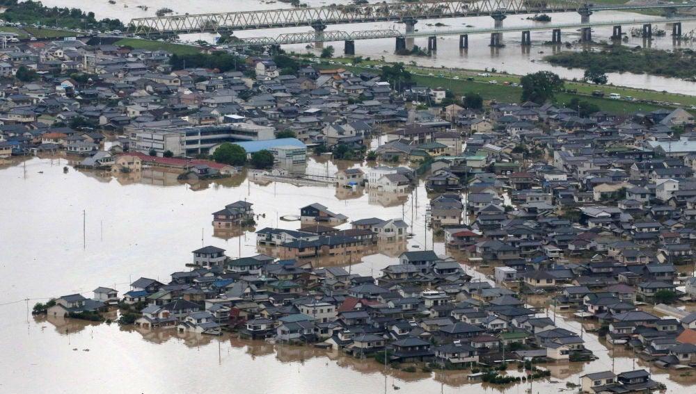 El río Takahashi inunda a su paso la población de Kurashiki, en la Prefectura de Okayama, Japón occidental