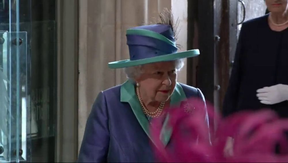 Reaparece la reina Isabel II