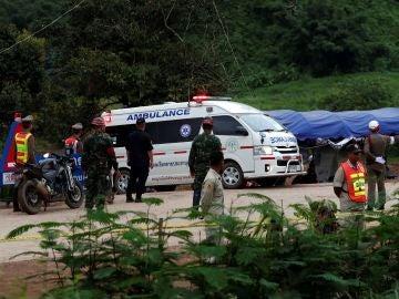 Uno de los niños que permanecían atrapados en la cueva Tham Luang es evacuado en ambulancia