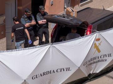 Agentes de la Guardia Civil en la vivienda donde un hombre rumano ha matado supuestamente a su pareja