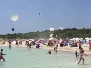 Un remolino de viento en la playa de Binibèquer (Menorca) desata el pánico entre los bañistas