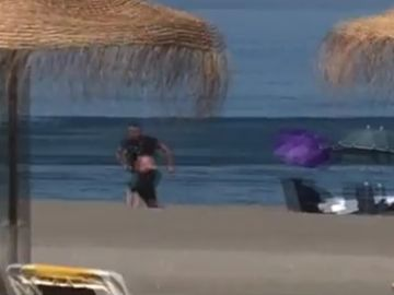 El narco huyendo a pie en la playa