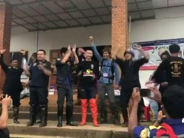 """Día de celebración en Tailandia por lograr """"lo imposible"""": salvar a los 12 niños y su monitor atrapados en la cueva"""