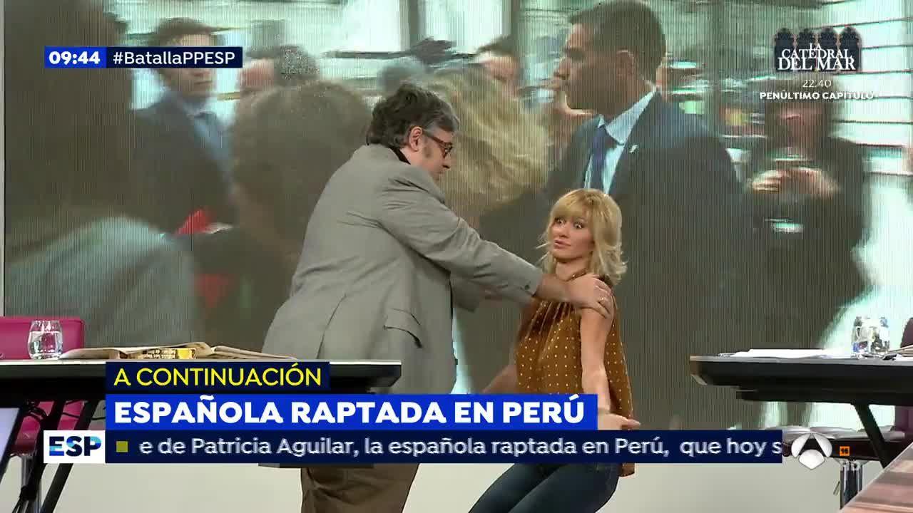 Susanna griso se arrodilla ante juan manuel de prada for Antena 3 espejo publico hoy