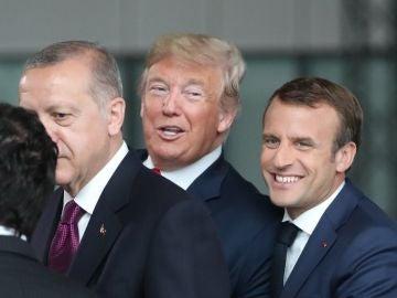 El presidente francés Emmanuel Macron saluda al presidente estadounidense Donald Trump