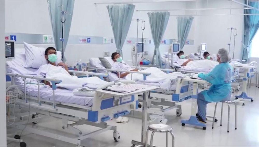 Cuatro de los doce niños rescatados en Tailandia recibirán el alta el domingo: así pasan sus primeras horas en el hospital