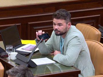 Rufían pone con su teléfono móvil la grabación de la conversación del maquinista del tren Alvia con el interventor