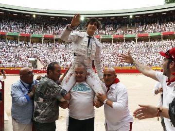 El torero Andrés Roca Rey sale a hombros de la Plaza de Toros de Pamplona
