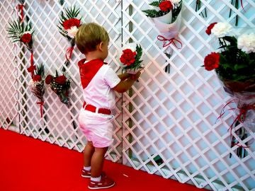 Imagen de un niño durante la ofrenda floral infantil de San Fermín