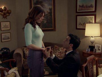 Un nervioso Ignacio le pide la mano a María