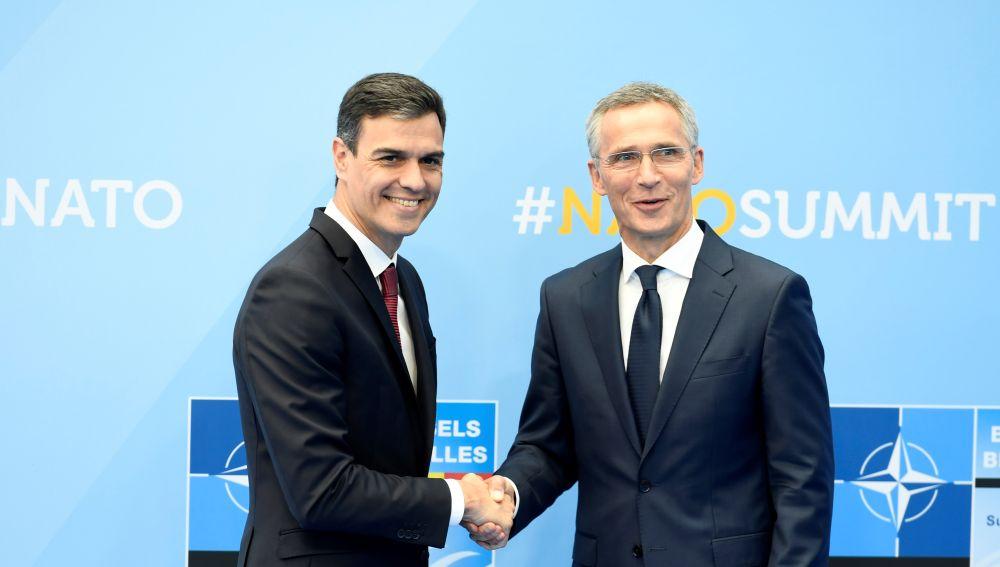 El presidente del gobierno, Pedro Sánchez, estrecha la mano del secretario general de la OTAN, Jens Stoltenberg