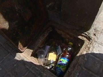 Bebida escondida en una alcantarilla