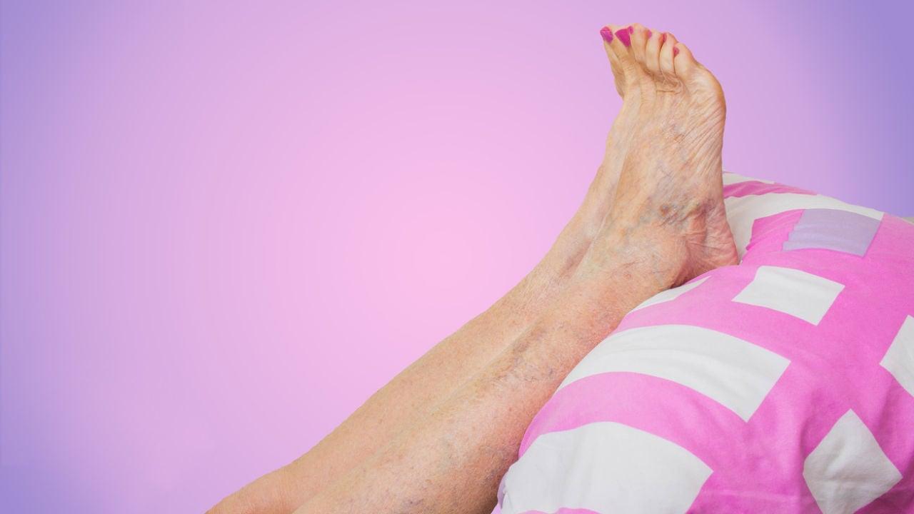 Agua en fría remojar los hinchados pies ayuda