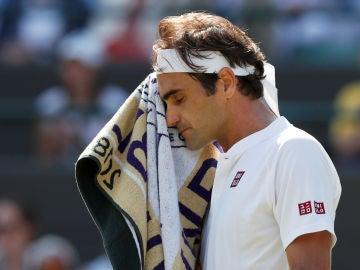 Federer se seca el sudor tras un punto ante Kevin Anderson