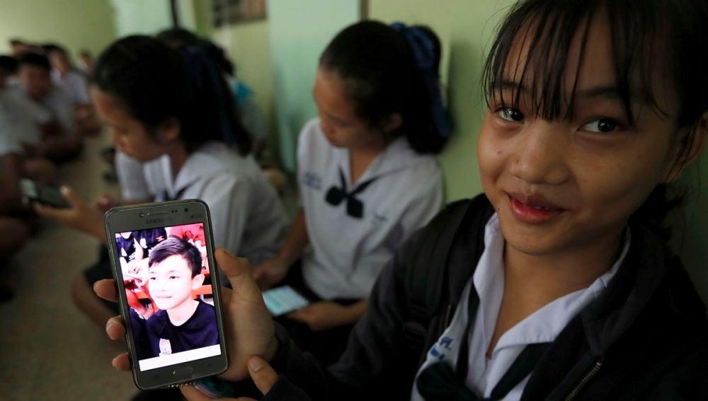 Una compañera tailandesa de los niños rescatados