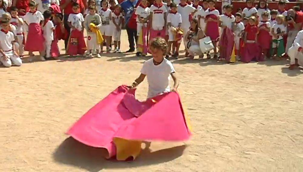 Decenas de niños disfrutan de una clase magistral con Roca Rey como 'profesor'
